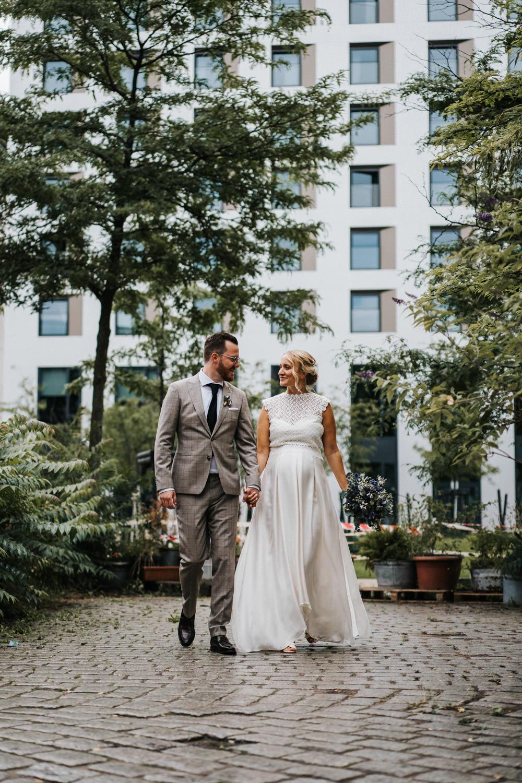 Brautpaar First Look 25 Hours Hotel Düsseldorf Lobby