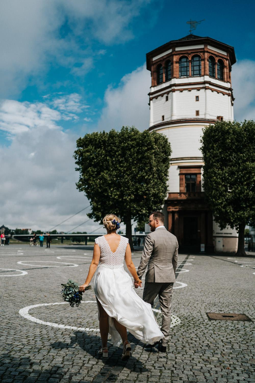 Brautpaar von hinten Düsseldorf Altstadt